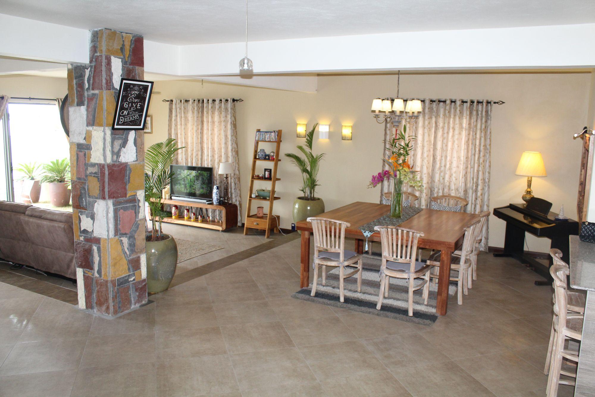 Magnifique maison meublée de 475 m2 sur un terrain de 101 toises située à Flacq. Maison très agréable à vivre dans un quartier paisible
