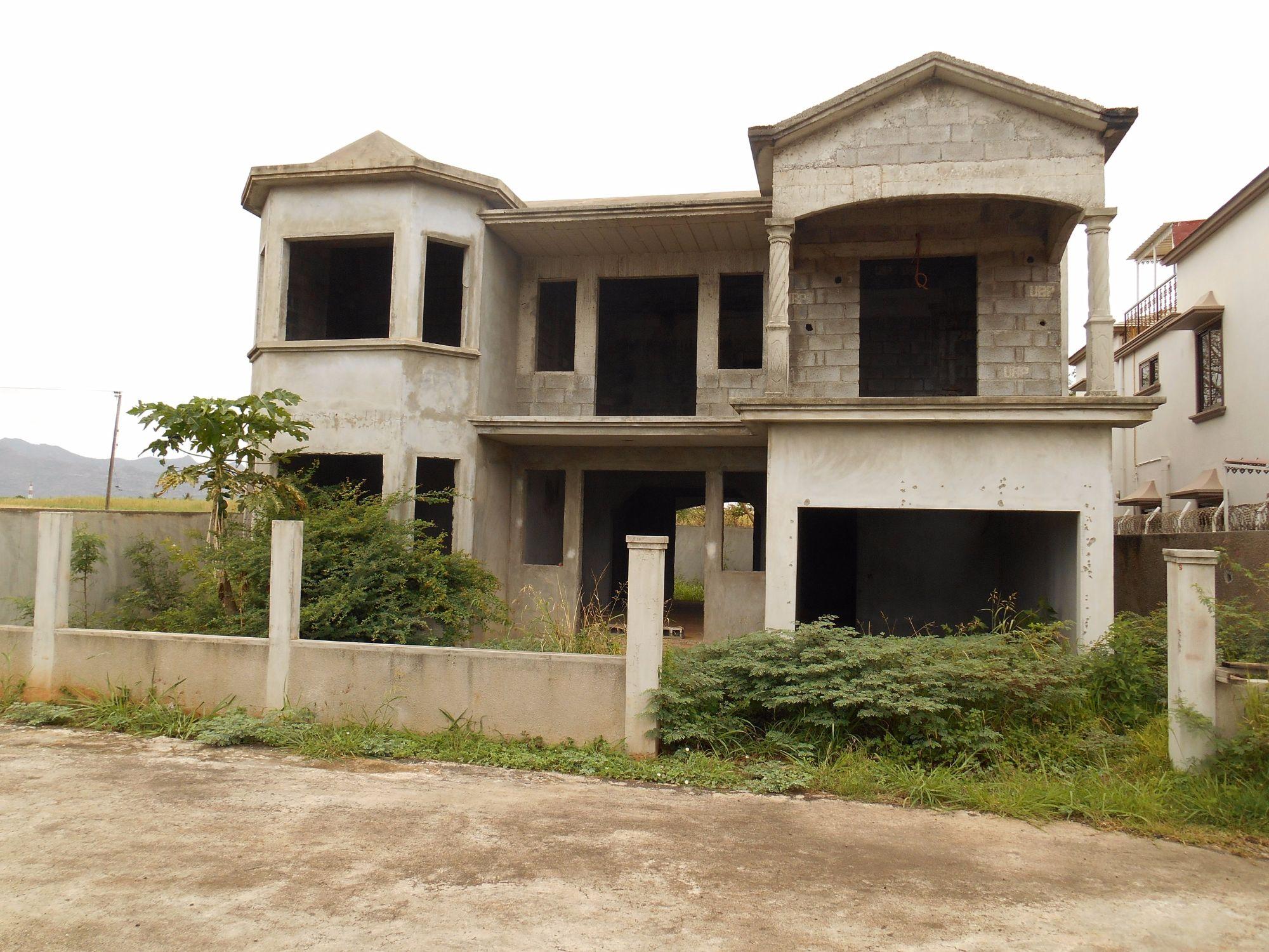 Maison inachevée dans un morcellement résidentiel à Baie du Tombeau