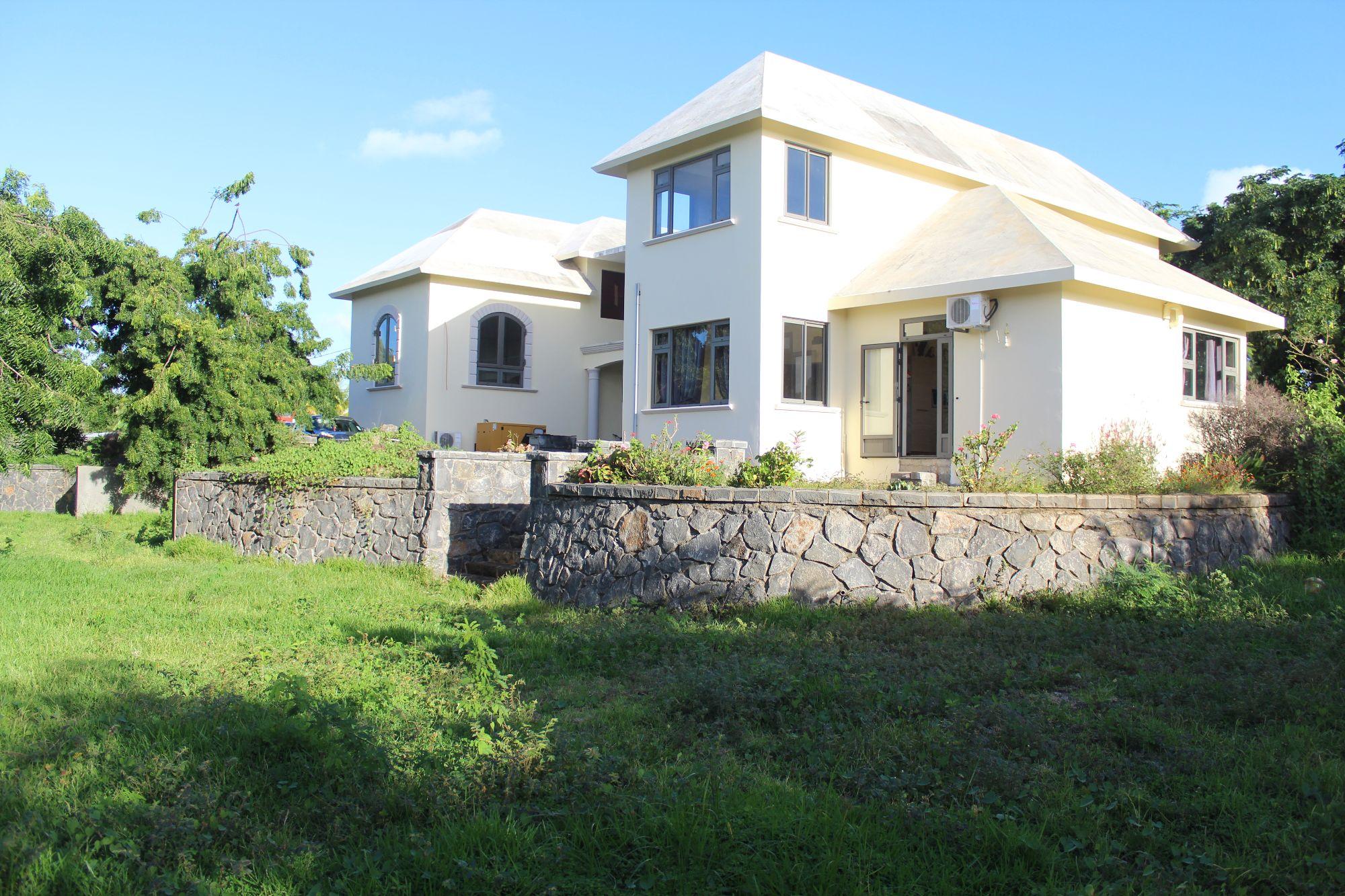 Cette magnifique maison à compléter de 510 m2 sur un terrain de 860 toises situe dans quartier résidentiel à Calodyne avec un bon voisinage