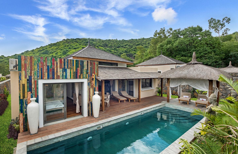 Somptueuse villa RES meublée et équipée de plein pied de 189 m2 sur un terrain de 152 toises située à Rivière Noire. Maison lumineuse, très agréable à vivre, avec vue sur la montagne