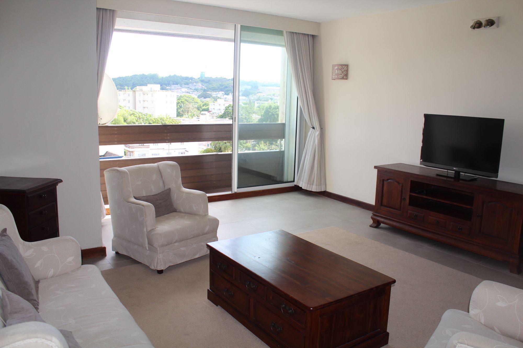 Bel appartement meublé de 127 m2 situé au 4ème étage d'une résidence sécurisée 24H/7 à Curepipe.