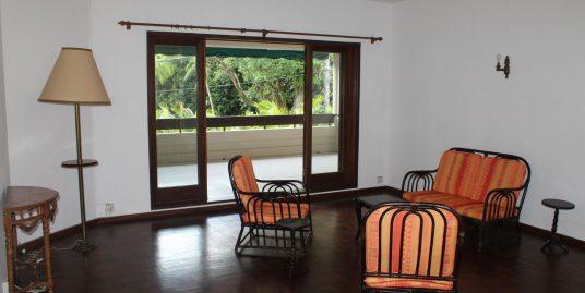 Cet appartement non meublé  se situe dans une résidence (sans asenseur) proche de toutes commodités à Curepipe.