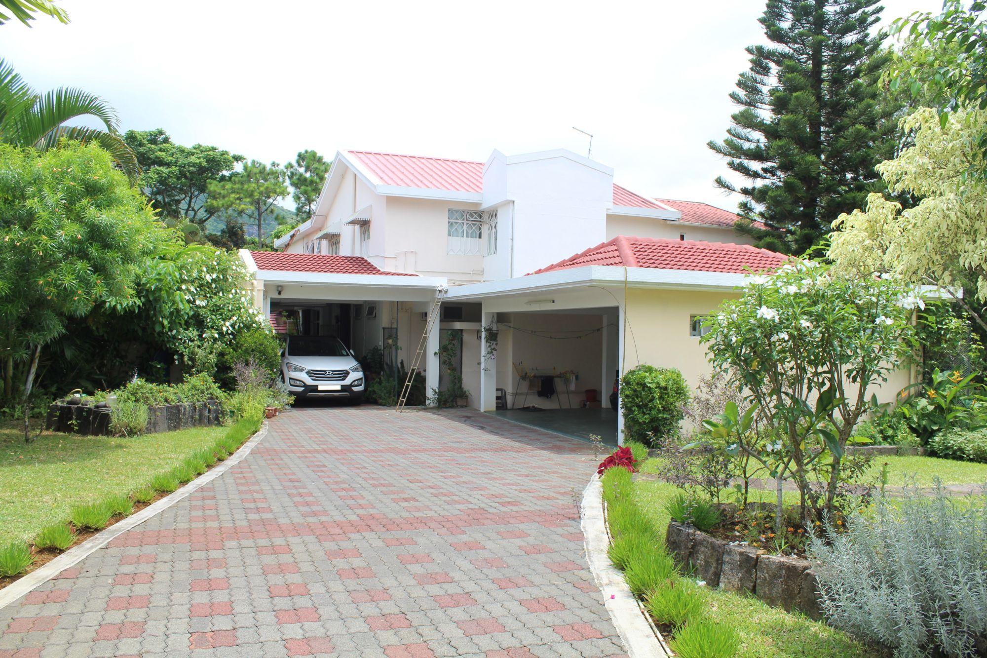 Maison non meublée de 690 M2 + 1 petit appartement indépendant sur un terrain de 369 toises en bordure de rivière et de lac avec vue sur la montagne situées à St. Pierre, Moka