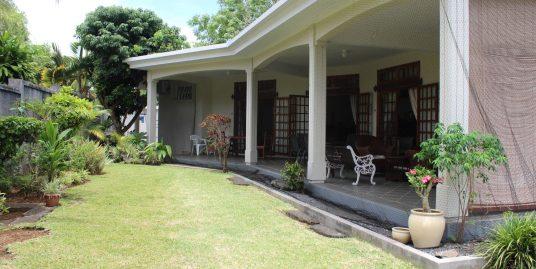 Très belle maison de plein pied non-meublée de 275 m2 sur un terrain de 159 toises située dans un quartier paisible hautement résidentiel à Moka