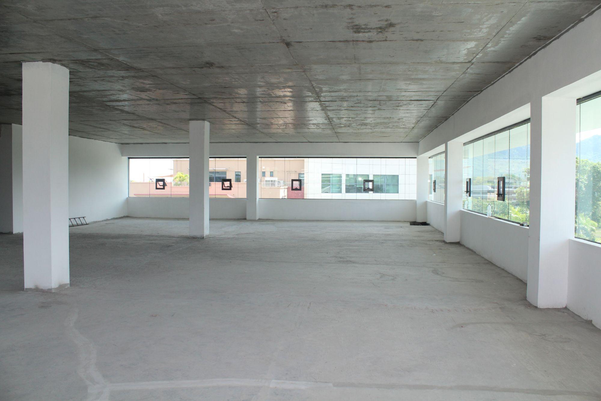 Espace bureau non-meublé de 823.44 M2 situé au 4ème étage, sécurisé 24/7 d'un bâtiment, proche de toutes commodités à Ebène