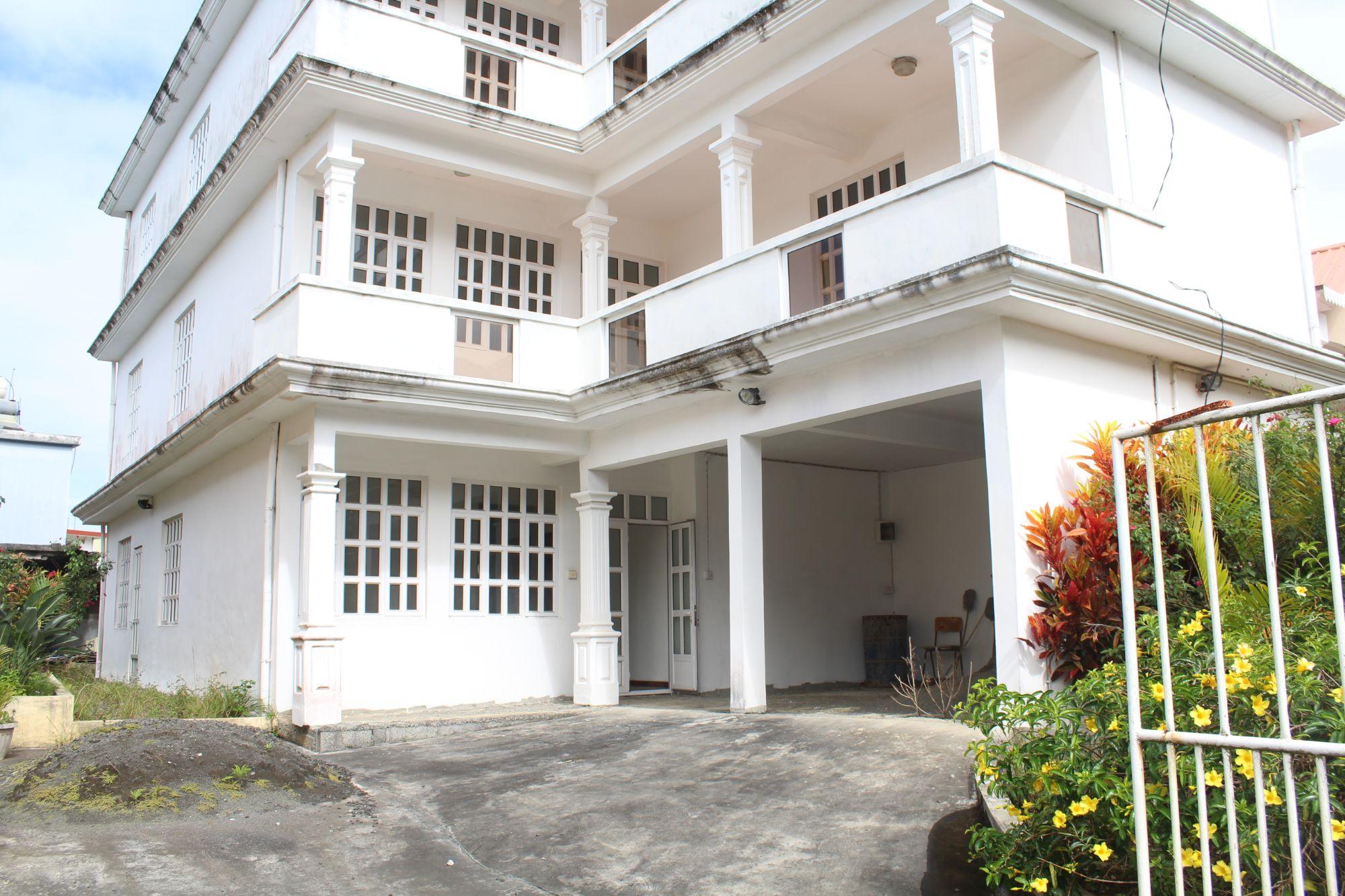 Espace bureau non-meublé de 300 M2 situé proche de toutes commodités à Route Bois Chéri à Moka