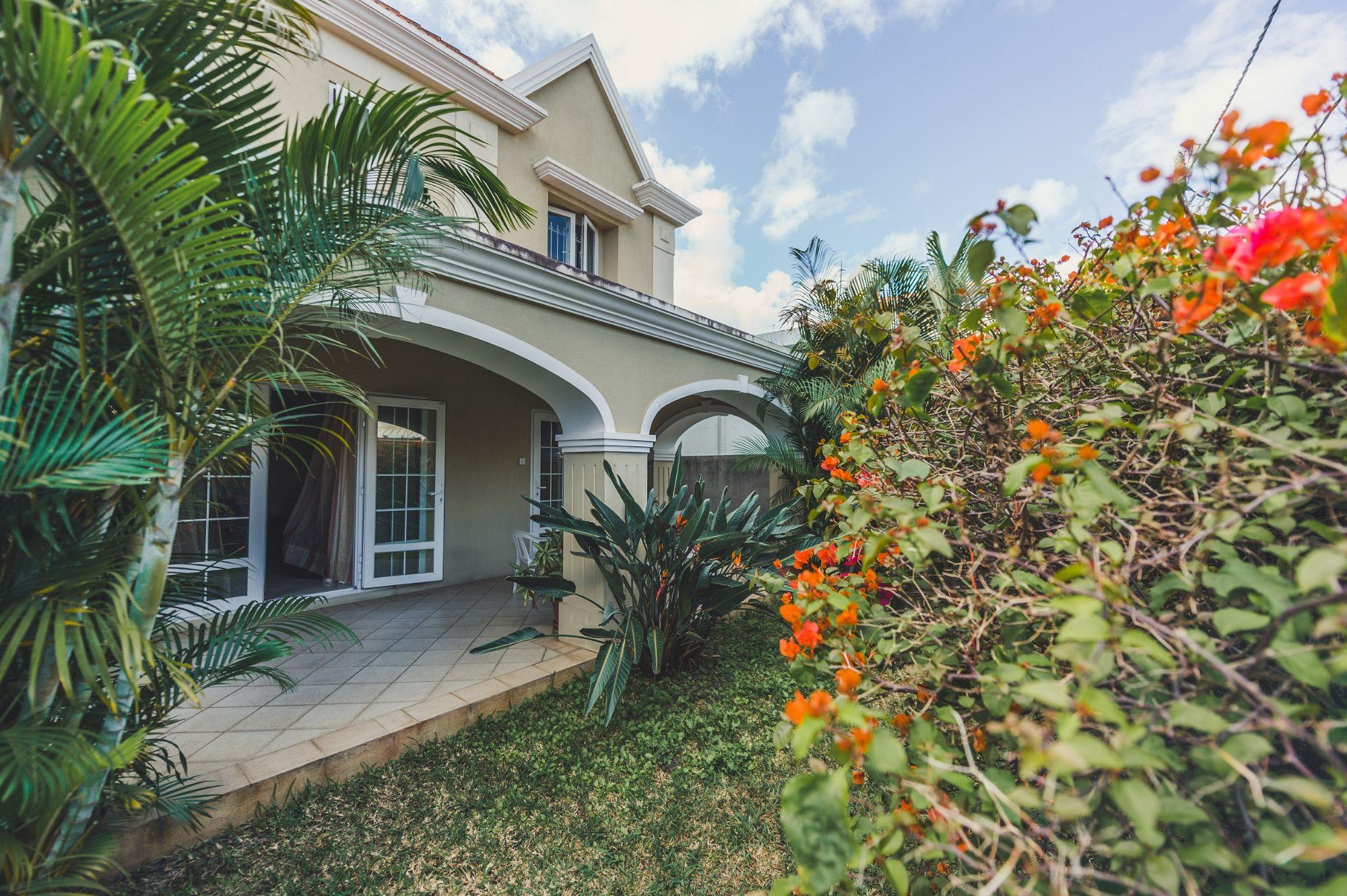 Cette charmante maison non – meublée de 334 m2 sur un terrain de 99 toises se situe dans un quartier résidentiel proche de toutes commodités à Roches Brunes.