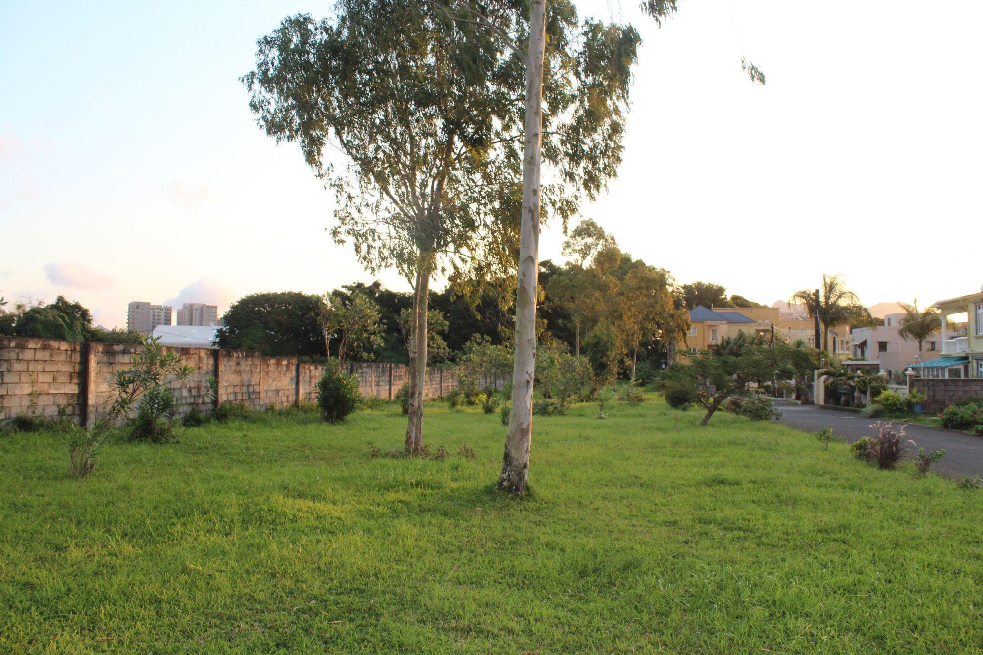 Ce magnifique terrain résidentiel de 153 toises se situe dans un quartier résidentiel à Trianon.
