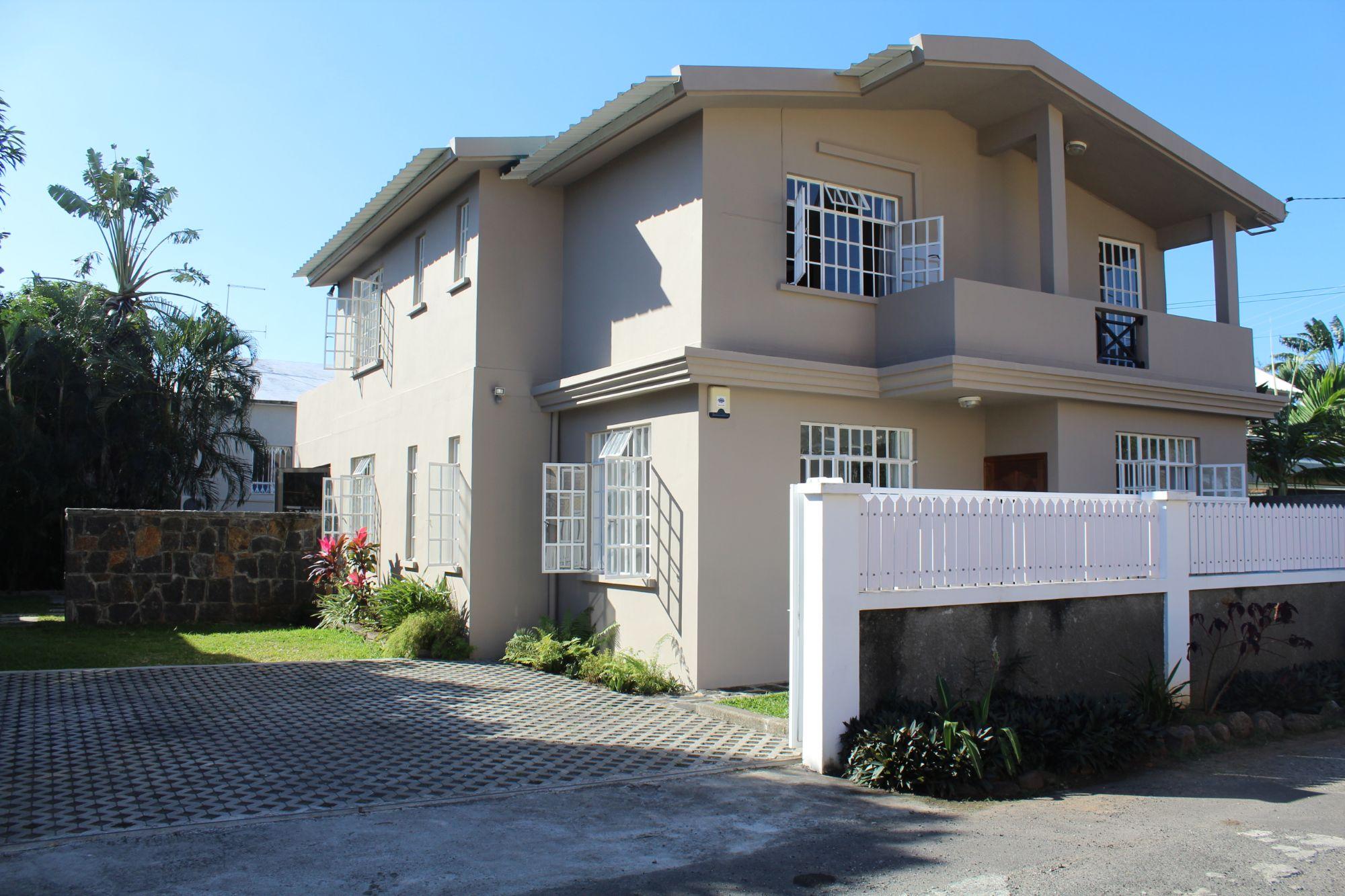 A VISITER ABSOLUMENT !!! Magnifique maison non meublée de 200 M2 sur un terrain de 100 toises se situe dans un quartier résidentiel à Tamarin avec vue sur la montagne.