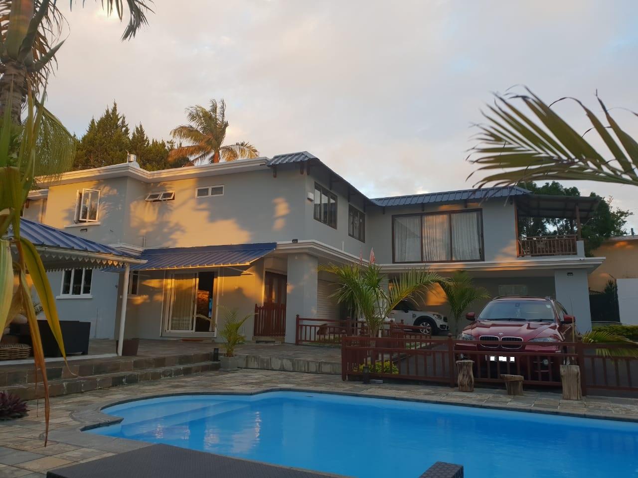 Très belle maison meublée et équipée de 300 m2 se située dans un quartier résidentiel à Floréal.