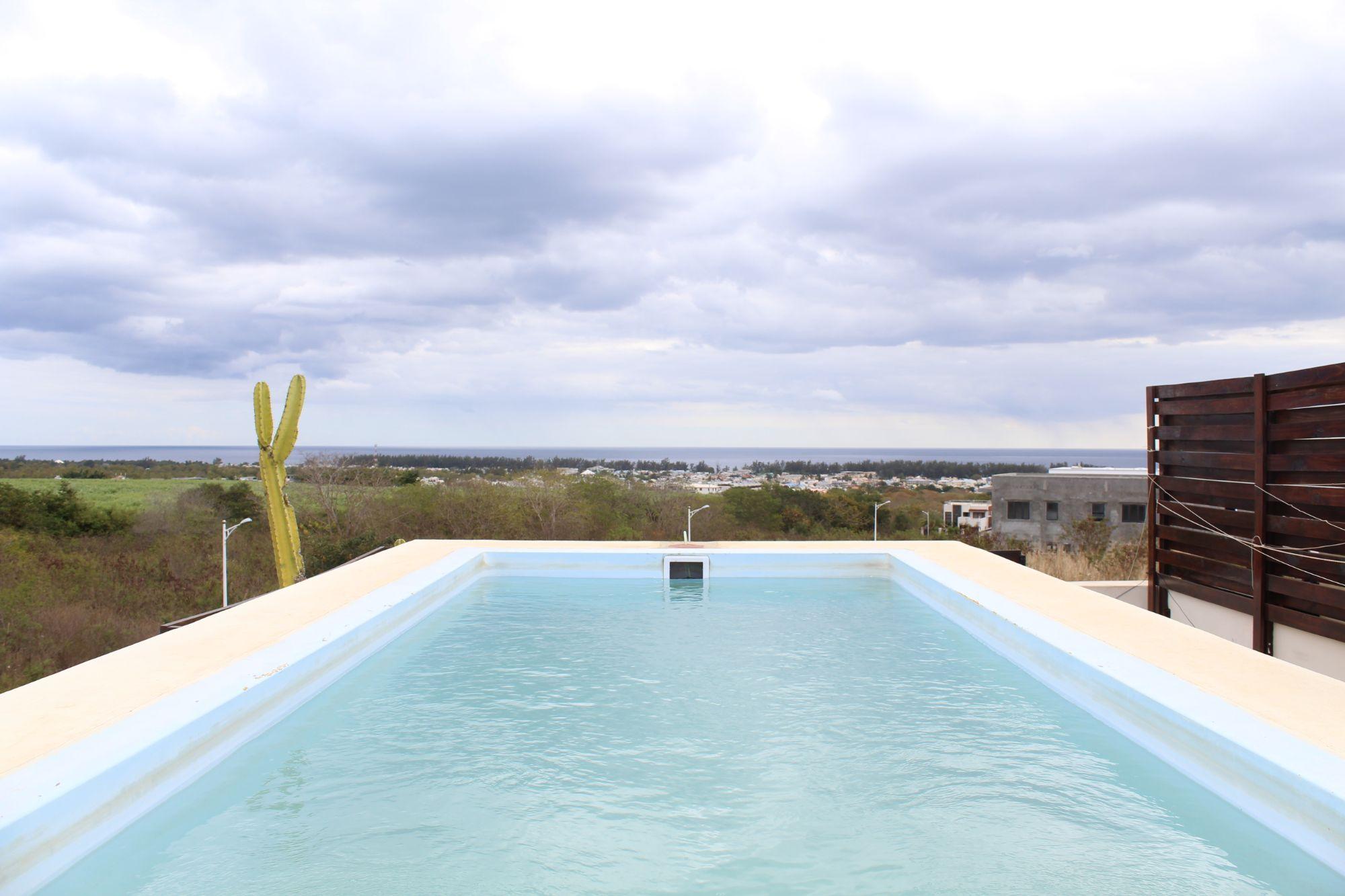 Superbe appartement meubé et équipé de 208 M2 avec piscine privée sur la terrasse au 2ème étage à ciel ouvert avec vue mer et montagne à Flic en Flac.