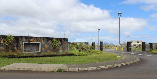 Beau terrain de 203 toises situé dans le lotissement clôturé «Highland Rose» à Highlands. Lotissement avec cahier des charges et sécurité 24/7