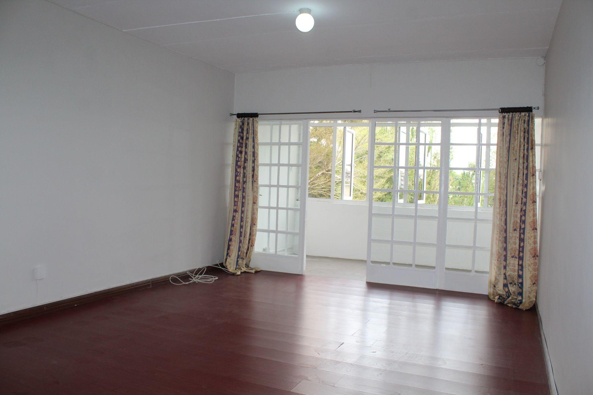 Bel appartement non-meublé de 80 m2 situé au 2ème étage (sans ascenseur) d'une résidence avec un grand jardin commun à Curepipe.