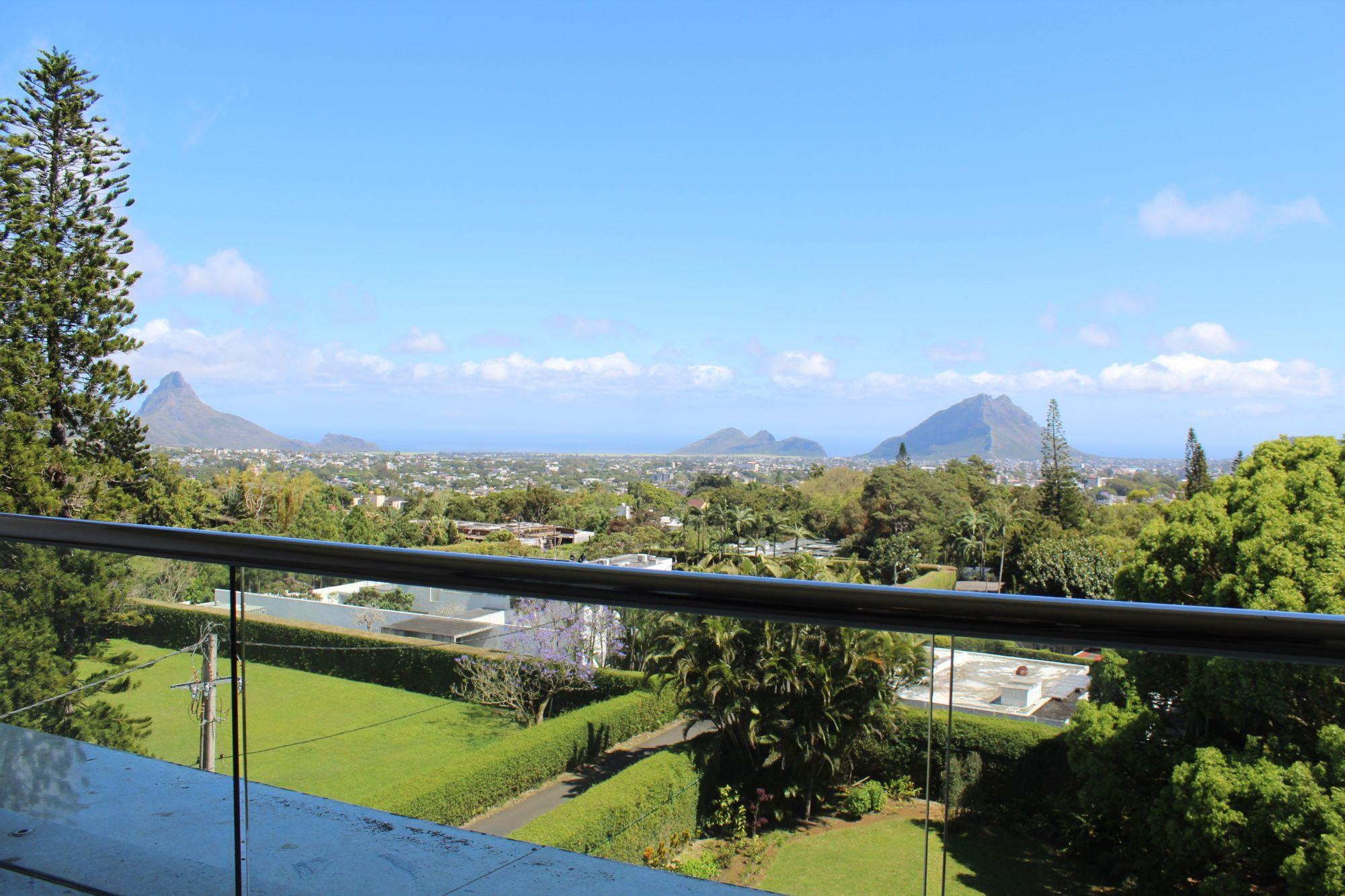 Luxueux et confortable penthouse de 420 m2 très spacieux et lumineux avec une vue mer et montagne se situe dans une résidence sécurisée 24/7 à Floréal.
