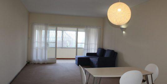 Cet appartement non meublé de 120 M2 se situe au 1er étage (avec ascenseur) d'une résidence proche de toutes commodités à Curepipe