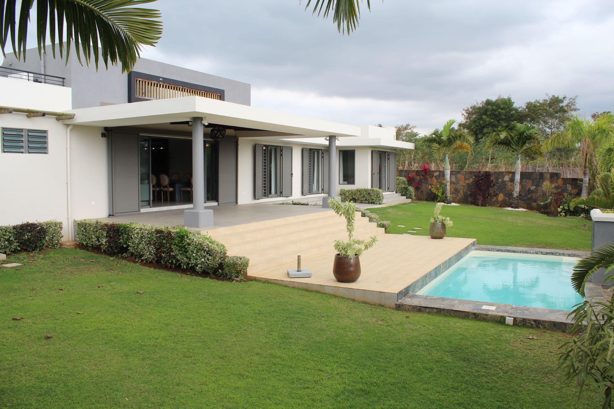 Magnifique villa contemporaine de plain-pied, meublée et équipée, de 212 m2 sur un terrain de 221 toises située dans le prestigieux lotissement résidentiel de Royal Park à Balaclava et sécurisé 24/7.