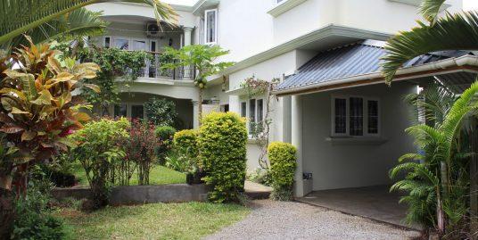 Maison non-meublée de 232 M2 située dans un quartier résidentiel, proche de toutes commodités à Roches Brunes.